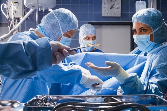 Handphone Dokter Tertinggal dalam Perut Pasien