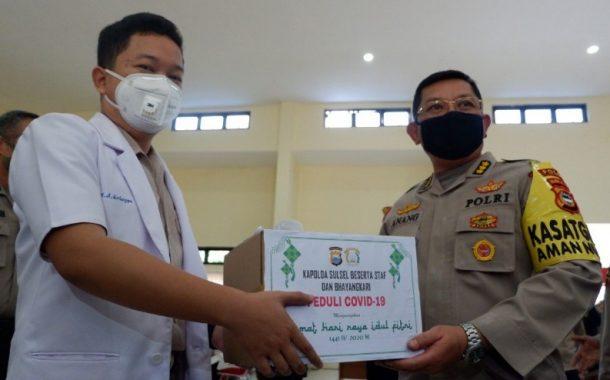 Pandemi Corona, Karo SDM Dampingi Irwasda Polda Sulsel Serahkan Bantuan