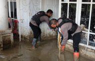 Tim Trauma Healing Bersihkan Lumpur Setinggi 1 Meter yang Merendam Rumah Warga